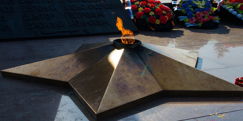Вечный огонь с обелиском Славы